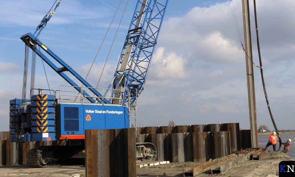Funderingsmachines aan het werk op het bouwterrein van de Reevesluis.