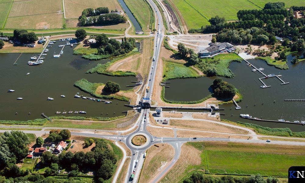 Een luchtfoto van de gehele infratructuur rondom de Roggebotsluis.