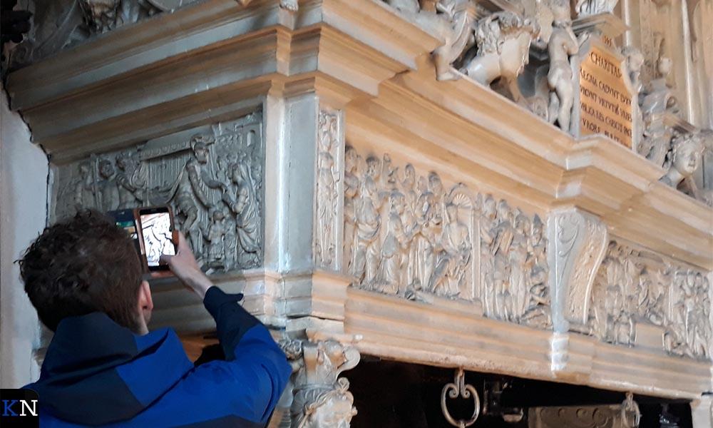 Wouter Hinrichs fotografeert de schouw in de Schepenzaal.
