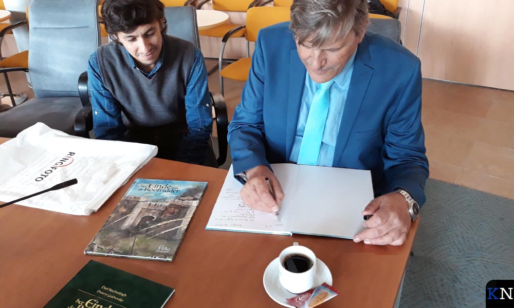 Dmitry Yakhovsky & Paul Reichenbach signeren hun stripalbum 'Het einde van de roofridder'.