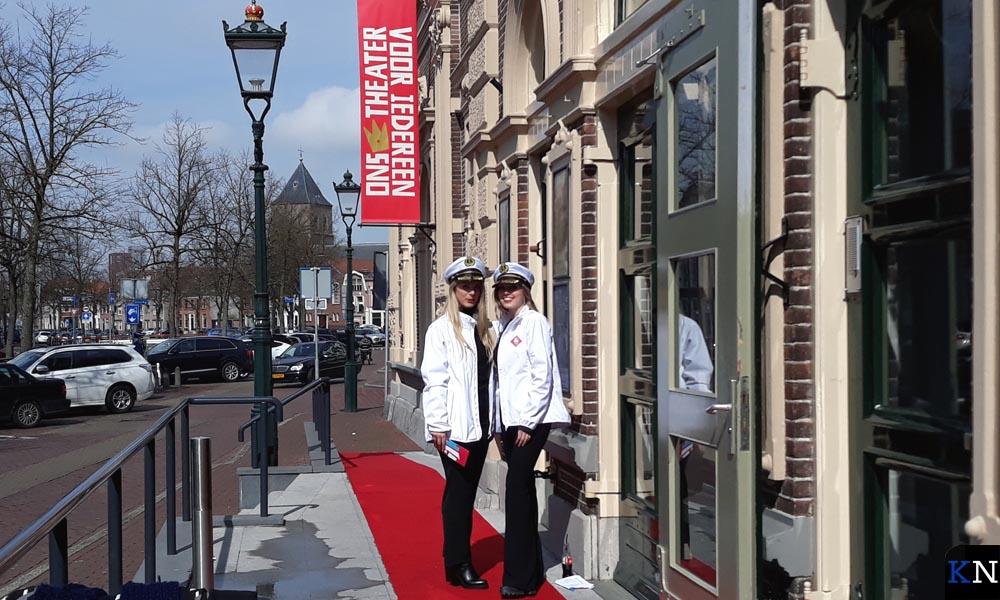 Twee matrozen heetten de deelnemende ondermers aan het Business Event welkom bij de ingang van de Stadsgehoorzaal.