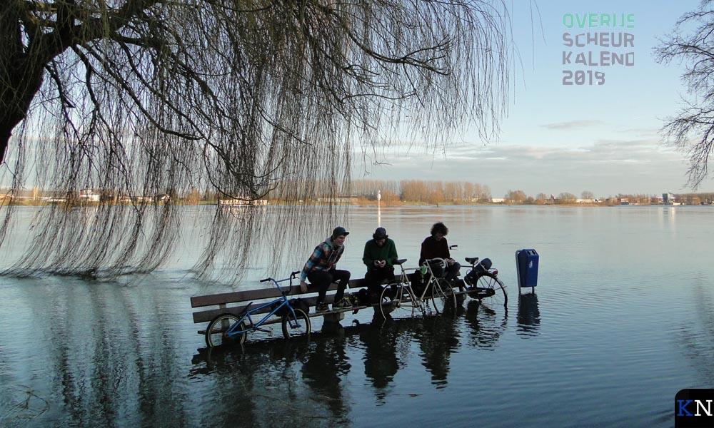 Hangjongeren bij hoog water - Gert Bultman