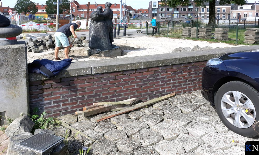 Vrijwilligers helpen mee bij de verplaatsing van het Schokker monument richting Brunnepe.