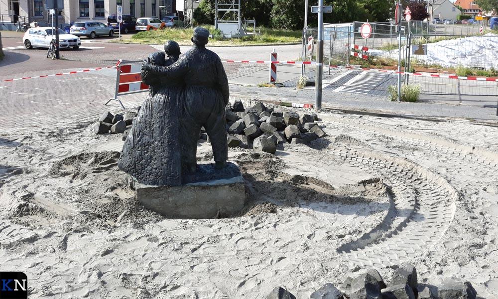 Het Schokker monument staat nu zo geplaatst dat Harm en Aal Diender uitkijken op niets.