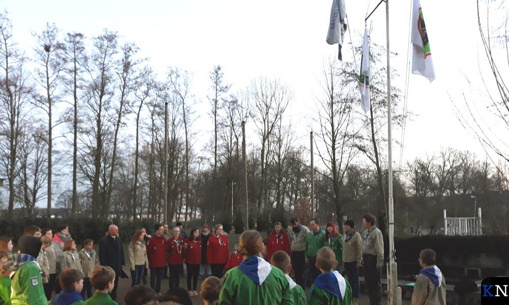 Scouting Hanzeluiden hijst de vlag op de verjaardag van Baden Powell.