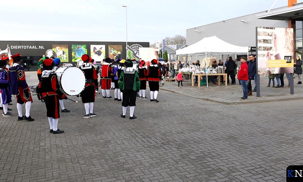 Bij zijn bezoek aan Diertotaal, Karwei en Vloerenloods had Sinterklaas zijn Fanfarepieten meegenomen.