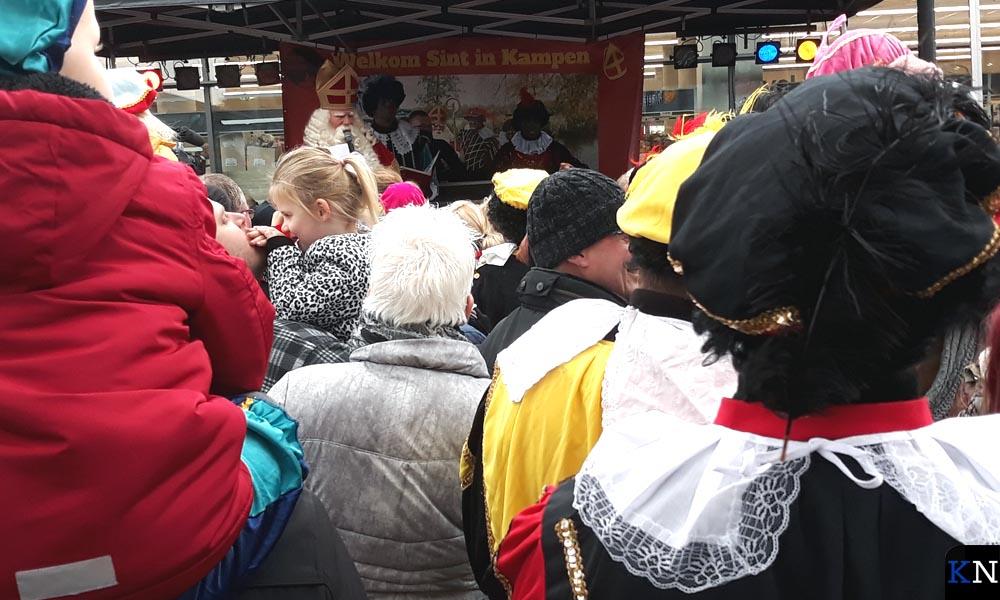 Sinterklaas op het podium bij winkelcentrum Hanzewijk