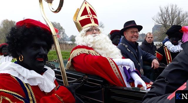 Sinterklaas sinds decennia weer per boot aangekomen in IJsselmuiden