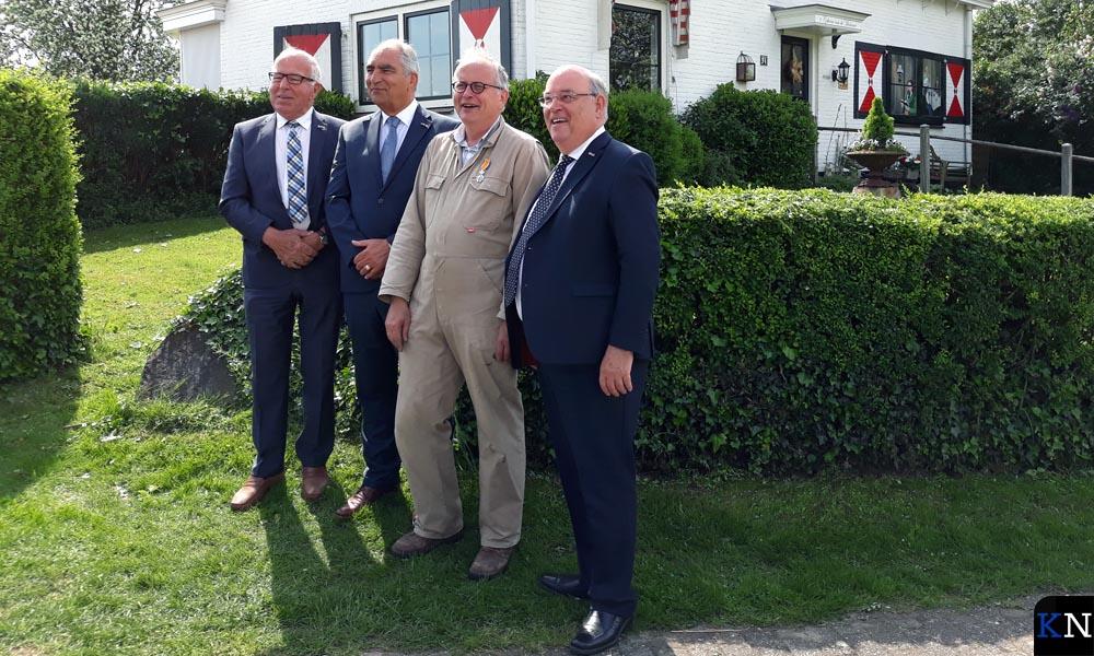 Sjaak Poot poseert samen met zijn eveneens koninklijk onderscheiden gereformeerde broeders.