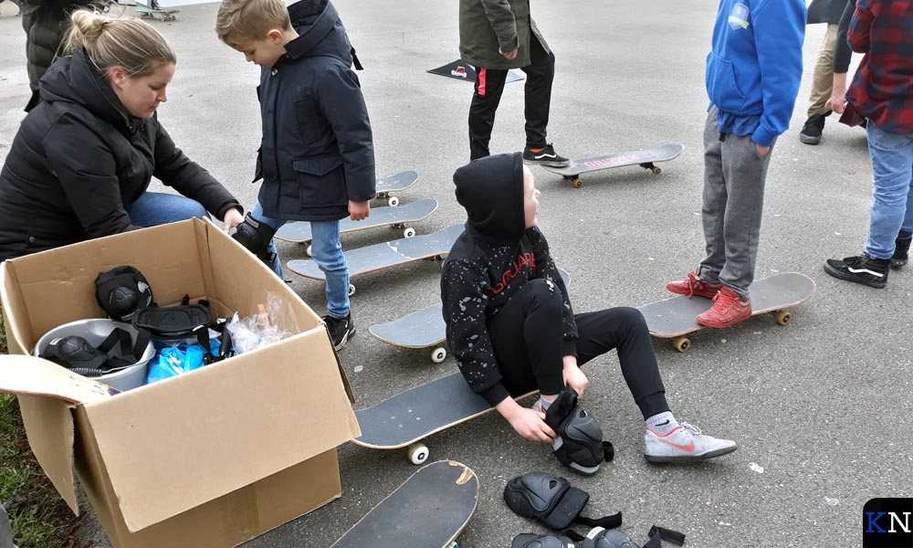Er is volop beschermingsmateriaal voorhanden bij de opening van het skatepark.