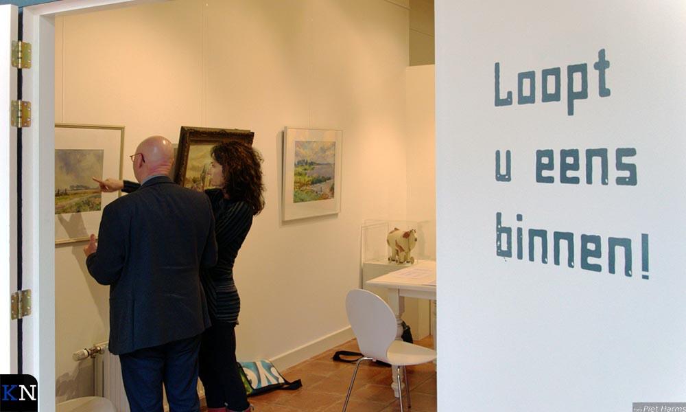 Bort Koelewijn & Janita Tabak bezoeken samen de expositie 'De smaak van de burgemeester'.