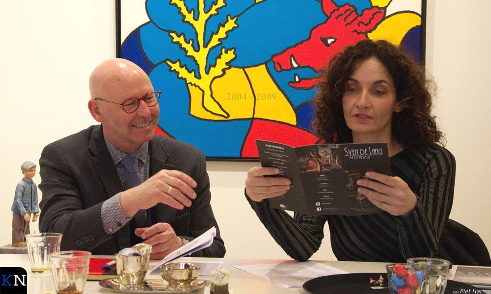 Burgemeester Koelewijn en wethouder Tabak geven hun mening over de expositie in het Huys der Kunsten.