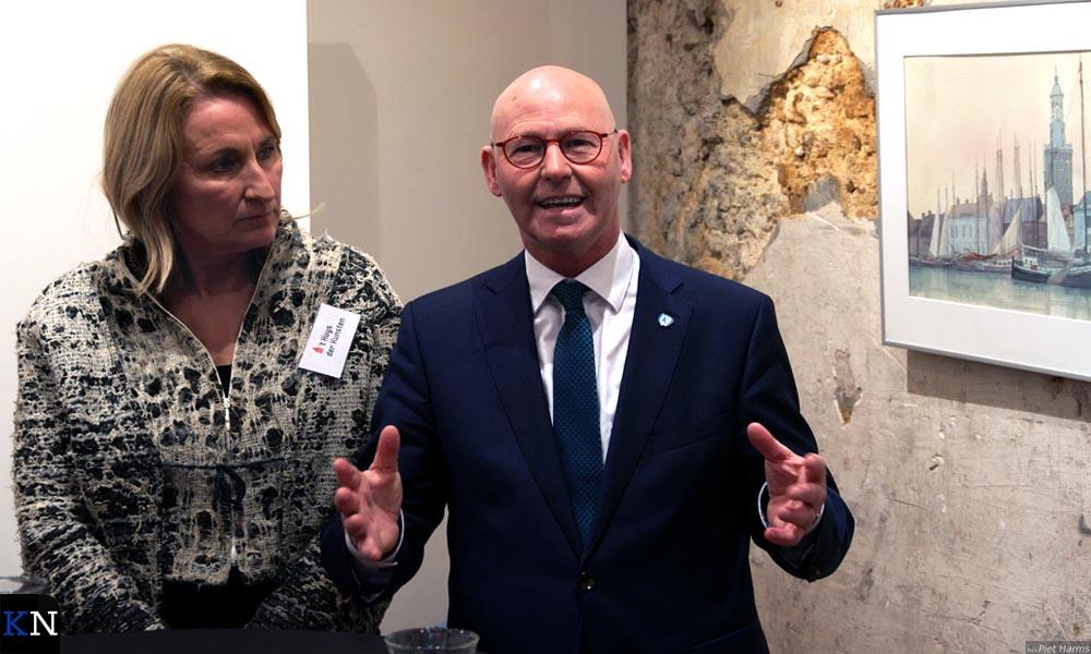 """Met vaart en humor opende burgemeester Koelewijn """"zijn"""" expositie in 't Huys der Kunsten."""