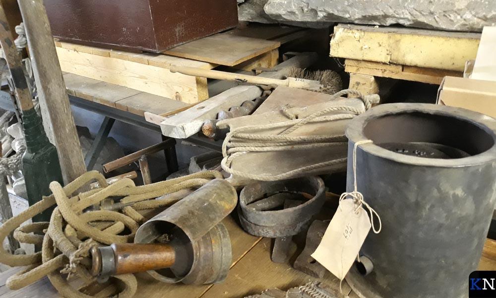 Een aantal objecten in het Kamper gemeentedepot.