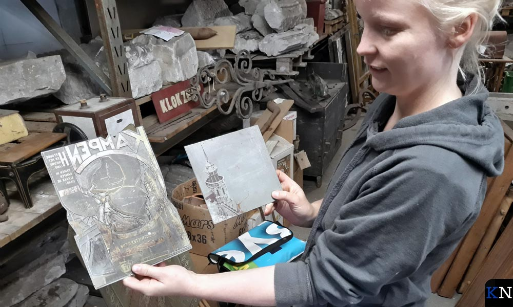 Annemiek Jonker toont twee objecten uit het Kamper gemeentedepot.