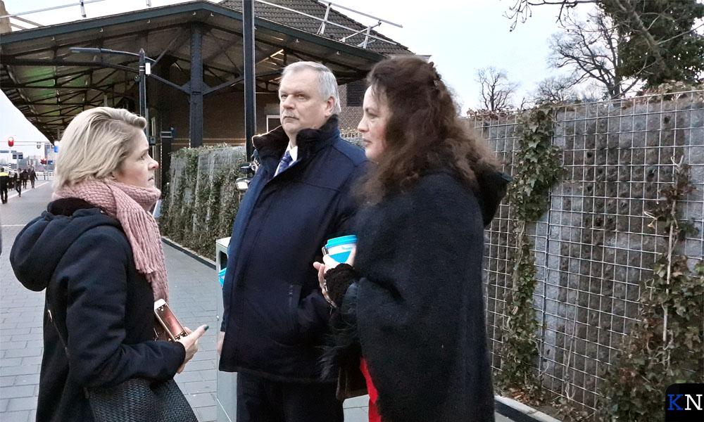 Ellen Mulder, Albert Holtland en Jacolien van de Wetering bij terugkomst op het perron van Kampen.