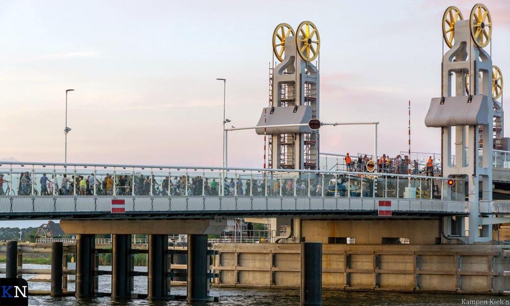 Opstoppingen op de Stadsbrug bij de geïmproviseerde loopbrug.