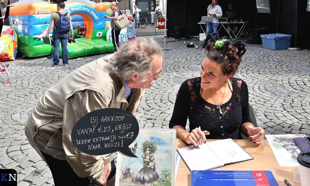 Jac Rutten (op de achtergrond) en Jessica Raes (Herrie de Heks) waren present op het Koeplein.