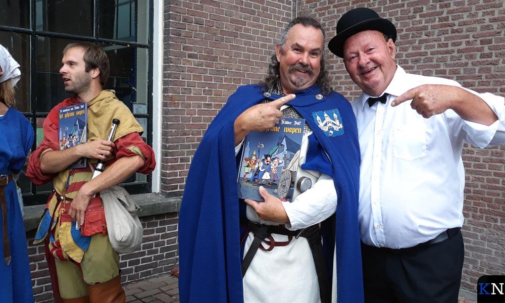 RIdder Dolf en Lambik tonen buiten het nieuwe stripalbum.