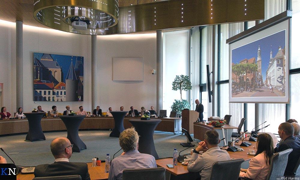 De deelnemers aan de Comeniusconferentie worden toegesproken in de raadzaal van het Kamper stadhuis.