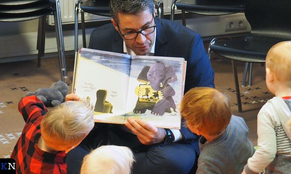Wethouder Van der Sluis leest voor tijdens een BoekStartochtend.