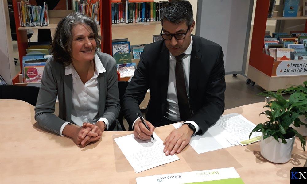 Joline de Weerdt en Jan Peter van der Sluis bekrachtigen de samenwerking.