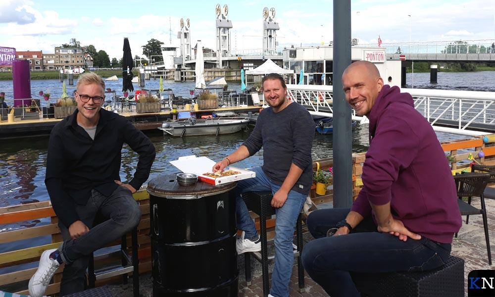 Jos Hogenbirk & Melvin Brandenburg (Kamper Events) en Jimmy Croymans (café 't Ponton) aan de IJssel.