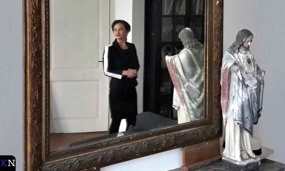 Ursula in de spiegel op de schouw van haar woonkamer.