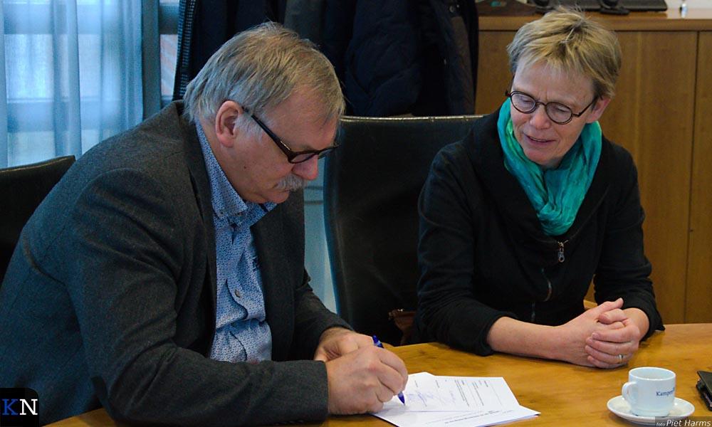 Als leden van het hoofdstembureau ondertekenen Albert Holtland en Nieke Jansen het proces-verbaal.