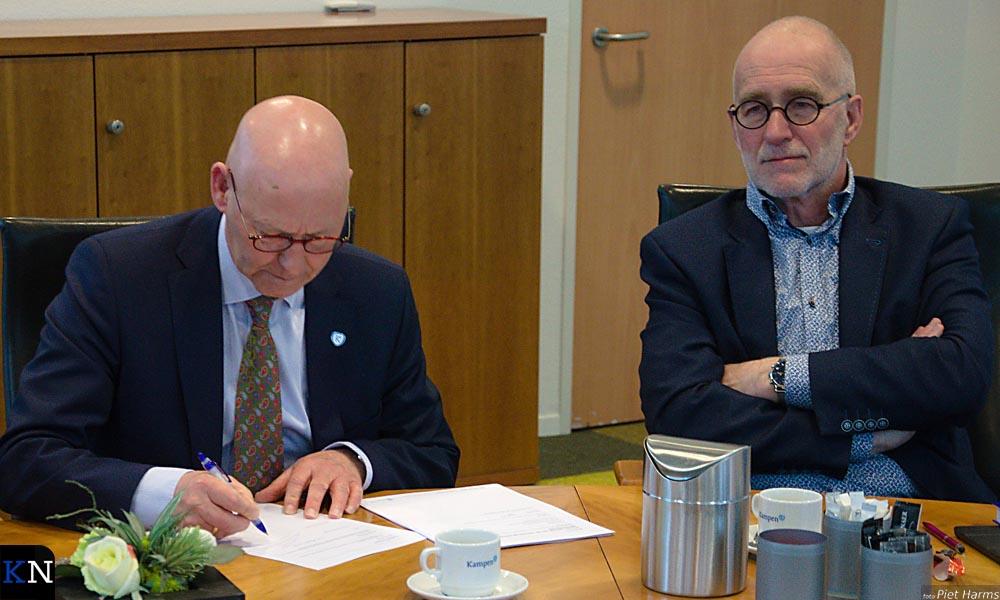 Bort Koelewijn ondertekent het proces-verbaal met naast zich VVD-llijsttrekker Beent Keulen.