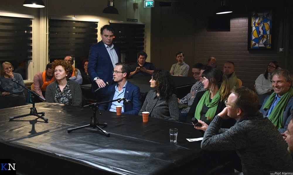 De biljarttafel in Reyersdam werd omgevormd tot een debattafel.