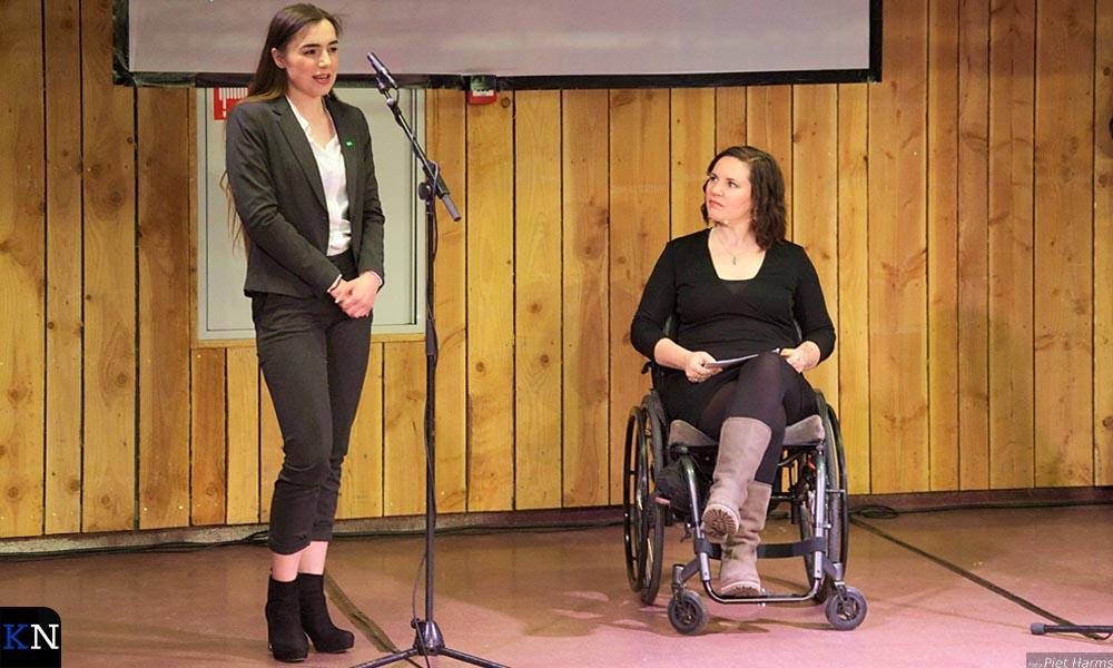 Kyra Selles (D66) voor de microfoon naast debatleidster Xandra Koster (PvdA).