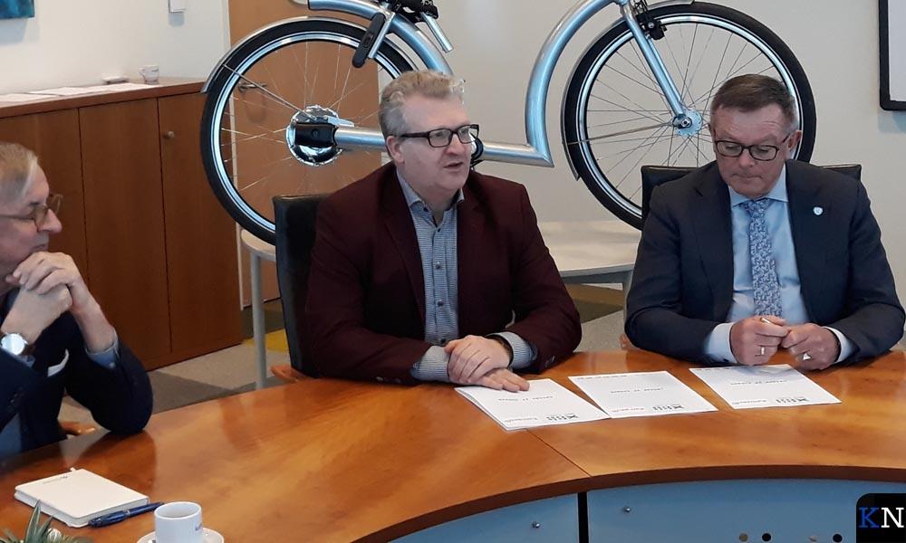 Wethouder Veldhoen ondertekent een fietsplan dat niet van de grond kwam.
