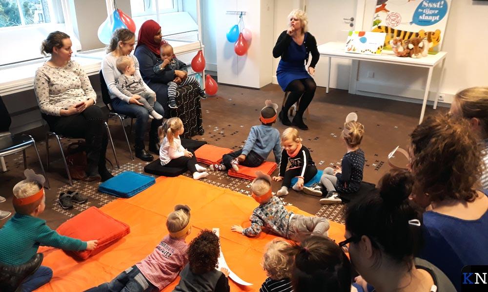 Ondersteund met gebaren leest Andrea Groenendijk bij BoekStart.