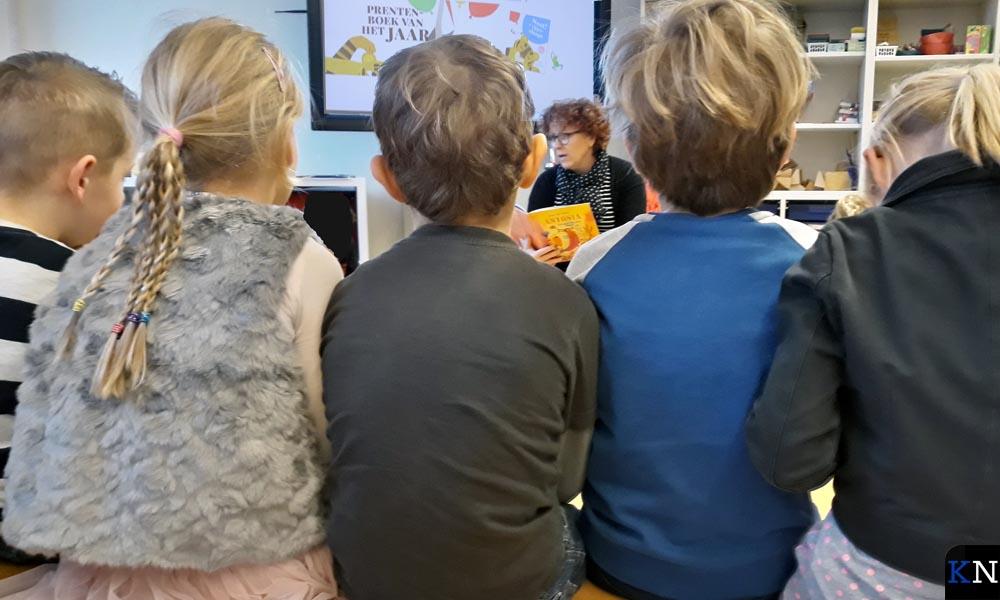Wethouder Spijkerman leest de leerlingen van Villa Nova voor.