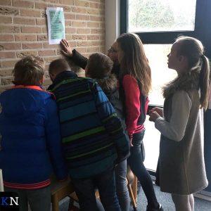 Leerlingen van 'Het Visnet' bestuderen een raadgedicht.