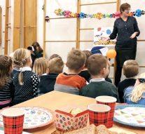 Wethouder Spaan leest schoolleerlingen Grafhorst voor bij ontbijt