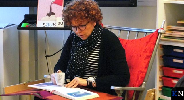Wethouder Spijkerman leest leerlingen Villa Nova in Onderdijks voor