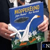 Burgemeester Koelewijn leest voor bij SmdB 'Het Visnet'