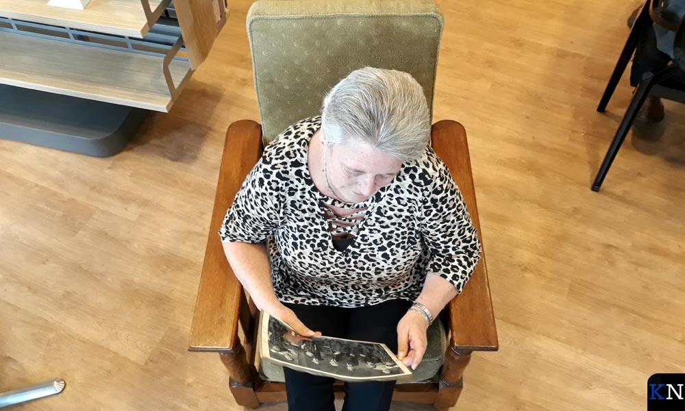 De stoel van Seyß-Inquart met eigenaresse Erna Vrugteveen.