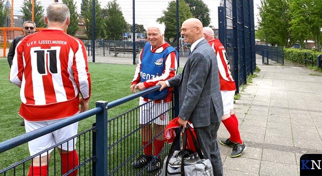 Burgemeester voetbalt mee met IJVV OldStars (video)