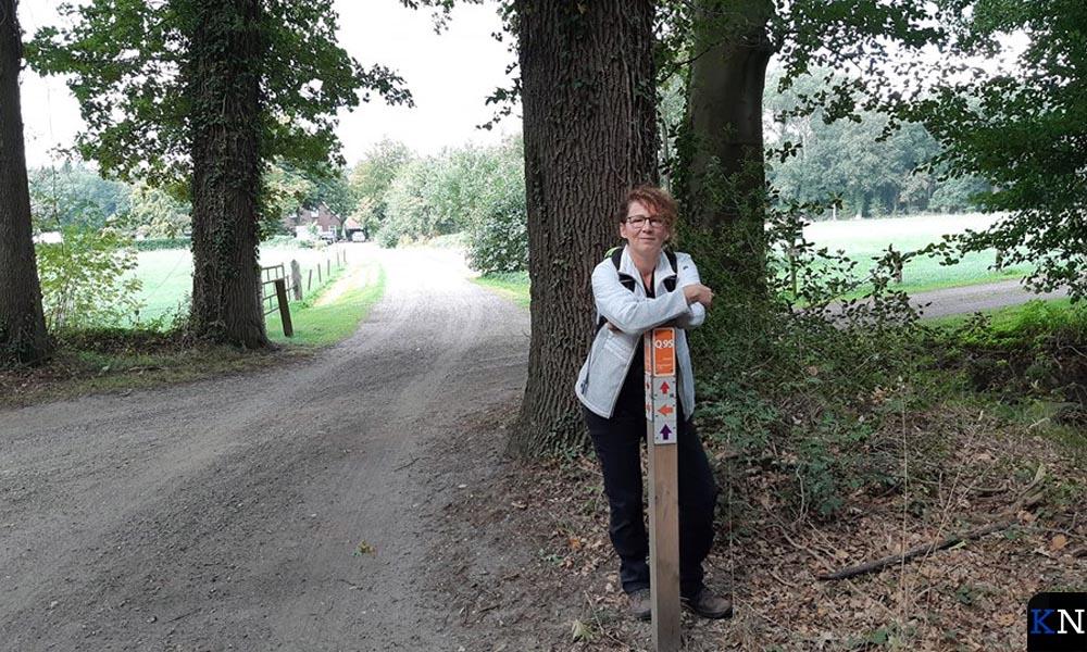 Wandelvrouw bij een uitgezette route door Hof Espelo (Landschap Overijssel).