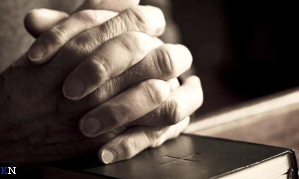 Bidden doet men gebruikelijk met in elkaar gevouwen handen.