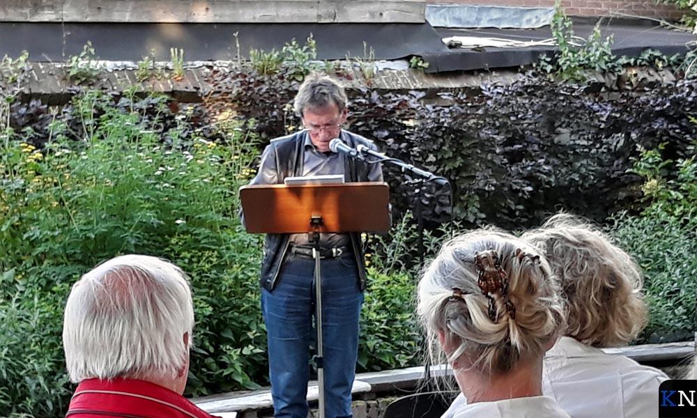 Voordrachtskunstenaar Jan Ravensteijn draagt gedichten voor.