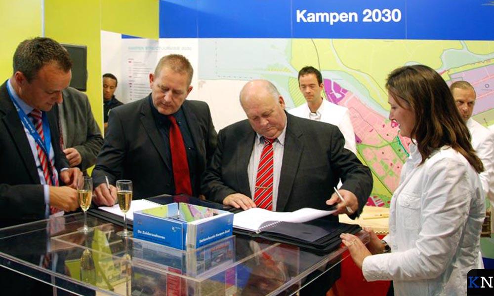 Overeenkomst voor containerterminal wordt ondertekend met Bert Weever (2e l.) en Monique Middendorp (r.).
