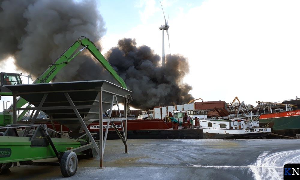 Zicht op de Zuiderzeehaven vanachter Graansloot terwijl bij buurman Hoeben om de hoek brand woedt.
