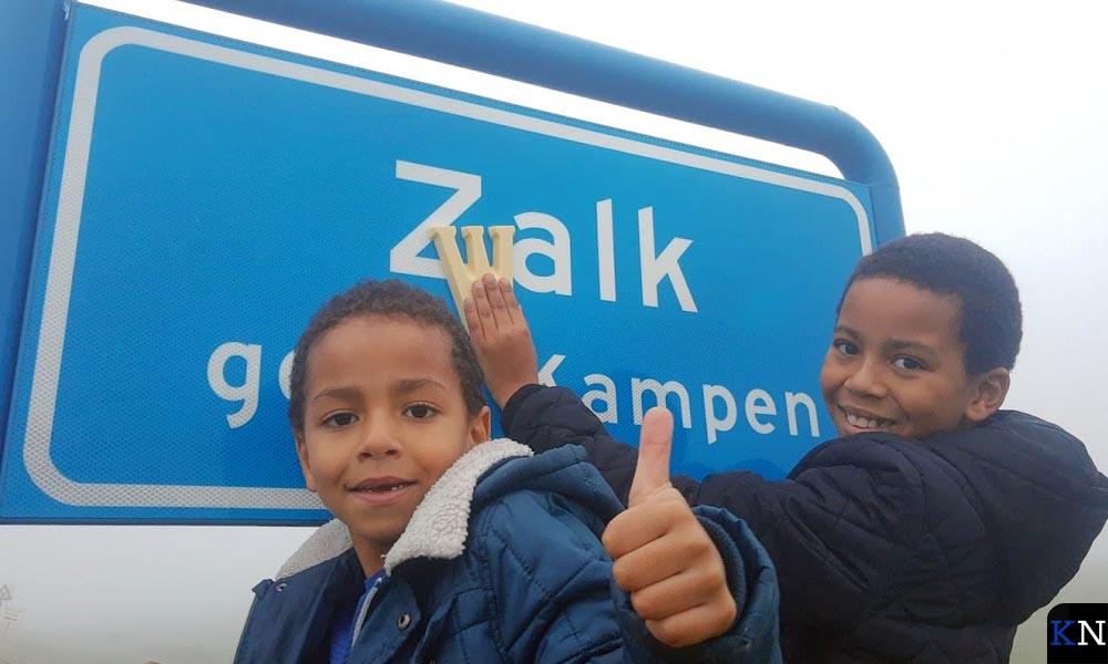 Jesse (9) en Boaz (5) hebben in Zalk de schuilplaats van Sinterklaas ontdekt.