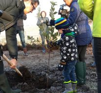 Leerlingen Villa Nova planten Tiny Forest in Onderdijks (video)
