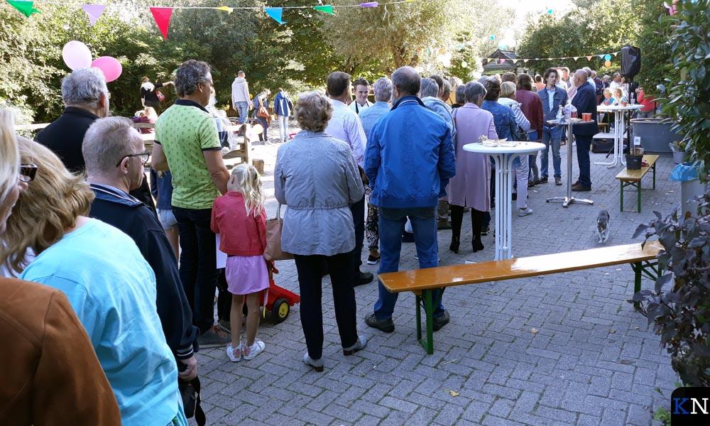 In een lange rij wacht Kampen om afscheid te nemen van 'hun' kinderboerderijbeheerder(s).