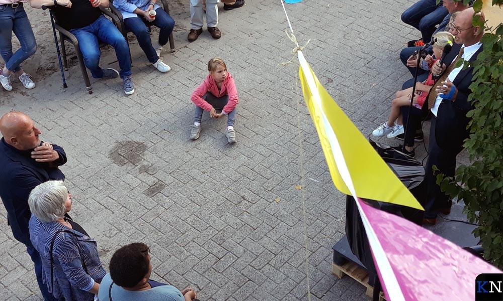 Burgemeester Koelewijn (rechts) spreekt kort familie IJkhout toe (links).